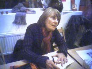"""Anne Zelensky en dédicace pour son livre """"histoire de vivre, mémoire d'une féministe""""."""