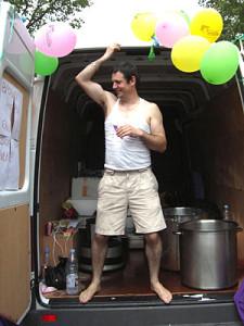 Patrick, notre trésorier, tient le stand boissons.