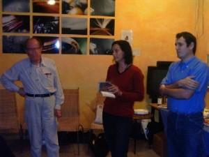 Rapide petit discours de présentation par notre charmante Présidente ( au centre), notre digne Vice-Président (à gauche), et notre trésor de Trésorier (à droite).