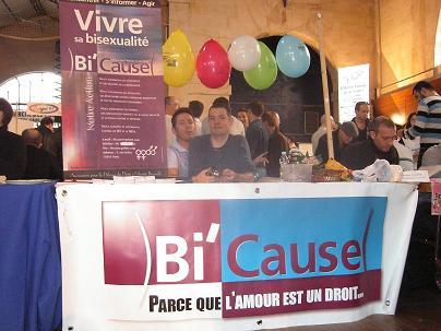 Le stand de Bi'cause au Printemps des Assos 2006. Plein de gaité. conception : Patrick ! Merci à lui !