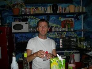 Eric prépare les cocktails apéritifs derrière le bar .....
