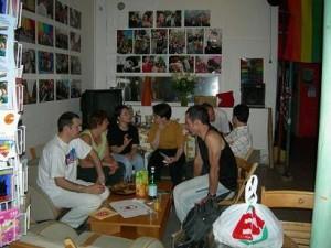 Patrick, Miss Coucou, Philippe, entre autres, bavardent dans les fauteuils moelleux du CGL... D'autres s'éclipsent régulièrement quelques minutes dans les cafés voisins pour vérifier le score du match de coupe du monde de la soirée...