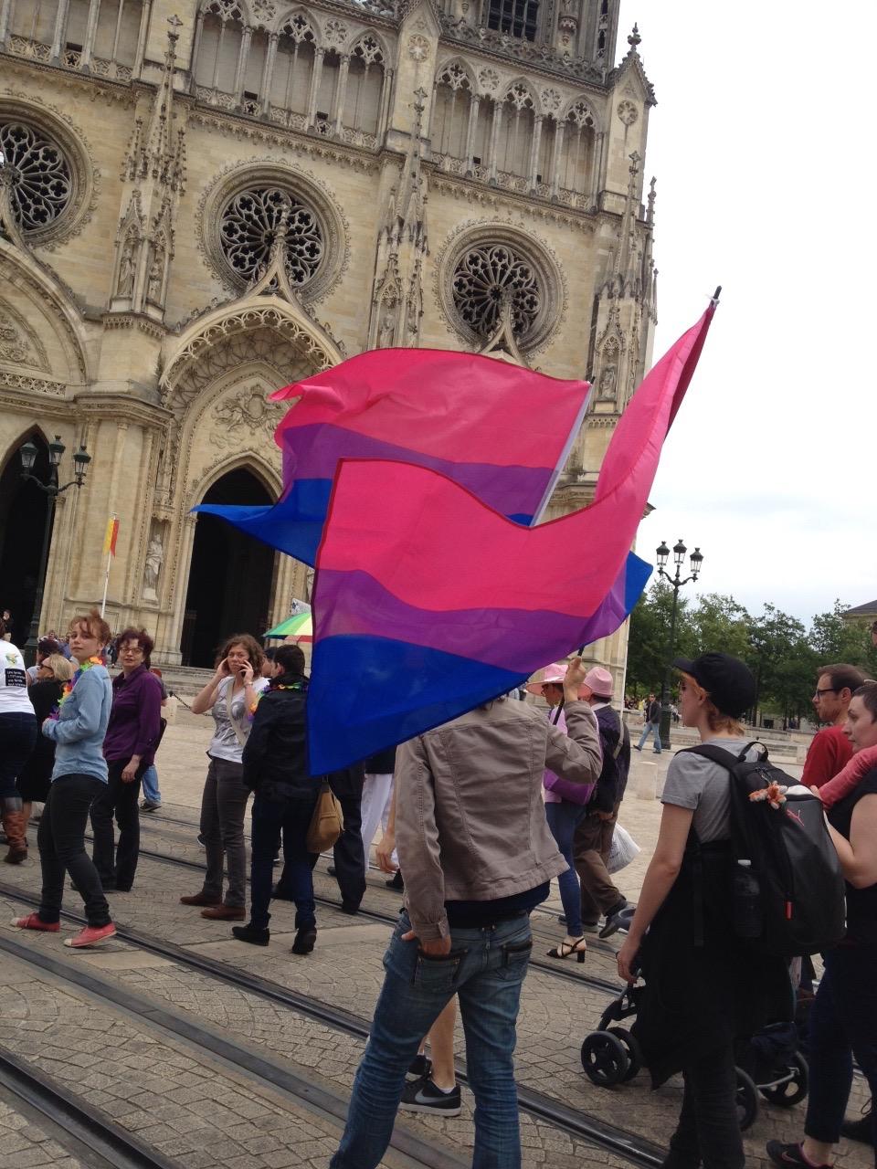 marche des fiertes Orleans juin 2016 – deavant la cathédrale