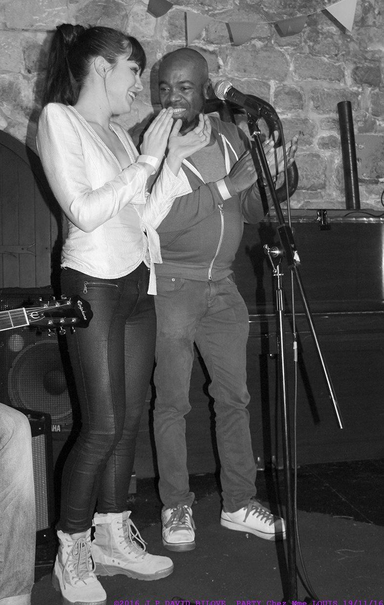 Duo musical improvisé entre la splendide Allyson Glado et le vice président de BI'Cause Sebastien André – à Madame Louis.