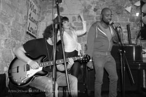 Sebastien André vient tater la chansonnette accompagné par le guitariste Victor et soutenu par Allyson Glado – à Madame Louis.