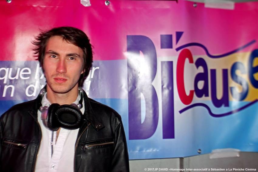 Justin GB ,DJ et Régisseur de Madame Louis qui a co-organisé en 2016 la Soirée Bilove et en 2017 Ze Place To Bi .Ce soir avait préparer une Playlist en hommage a Sébastien Gruchet – à La Péniche Cinéma.