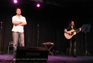 Jann Halexander ironique sur scène mais la guitare berce