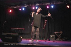 Le Chanteur Thomas Polly au look androgyne