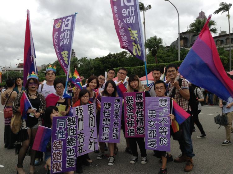 ''Entre les hétéros et les homos, les bi existent!'' Bi the Way, la Marche des fiertés Taïwan 2016